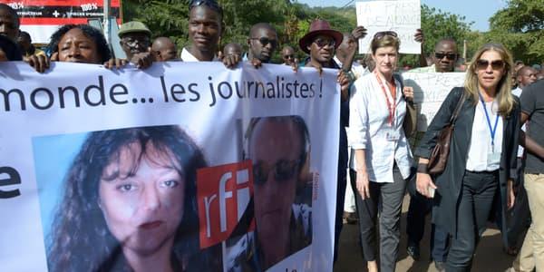 La directrice de France Médias Monde, Marie-Christine Saragosse, et la directrice de RFI, Cécile Megie, marchent aux côtés de journalistes maliens, lundi, à Bamako, pour rendre hommage aux deux journalistes français assassinés.