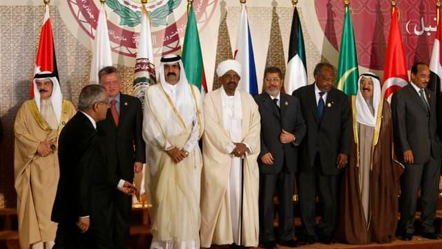 Photo de groupe lors du sommet de la Ligue arabe, à Doha. Les pays de la Ligue arabe se sont mis d'accord sur le droit de chacun d'entre eux à armer les rebelles syriens cherchant à renverser Bachar al Assad, selon le projet de communiqué consulté par Reu