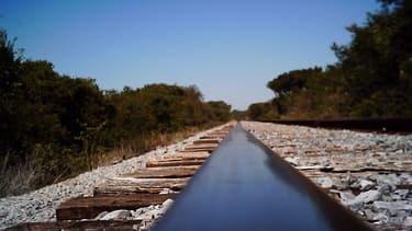 Visiblement abîmé par quelques verres en trop, un homme d'une cinquantaine d'années a emprunté un rail de chemin de fer en voiture - lundi 4 janvier 2016 - Photo d'illustration