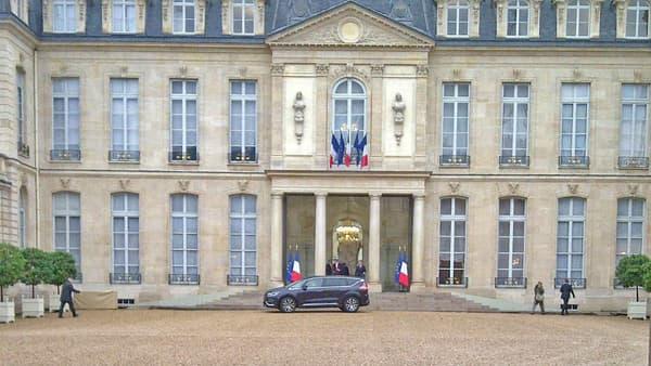 L'Espace dans la cour de l'Elysée en octobre 2014. Emmanuel Macron est arrivé dans ce nouveau modèle Renault pour le Conseil des Ministres.
