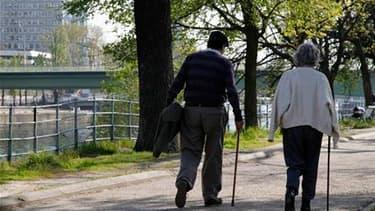 Selon son secrétaire général Xavier Bertrand, l'UMP est pour le report de l'âge légal de départ à la retraite et l'allongement du nombre d'annuités pour une retraite à taux plein. /Photo d'archives/REUTERS/John Schults