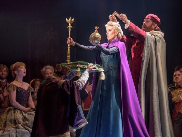 """Patti Murin (Anna) et Caissie Levy (Elsa) dans la comédie musicale """"La Reine des Neiges"""""""