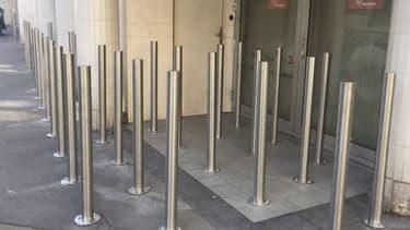 Des poteaux devant l'agence Caisse d'épargne.