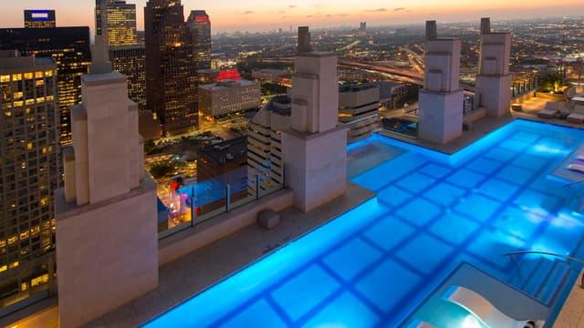 Cette piscine suspendue à 150 mètres du sol donne l'impression de voler