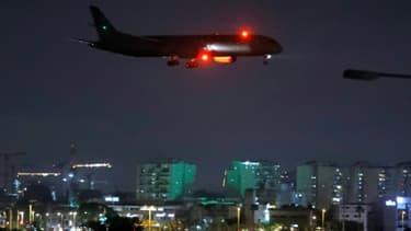 Un avion cargo exploité par la compagnie des Emirats Etihad Airways, transportant des secours médicaux pour les Palestiniens se prépare à atterrir à l'aéroport israélien Ben Gourion près de Tel Aviv le 9 juin 2020