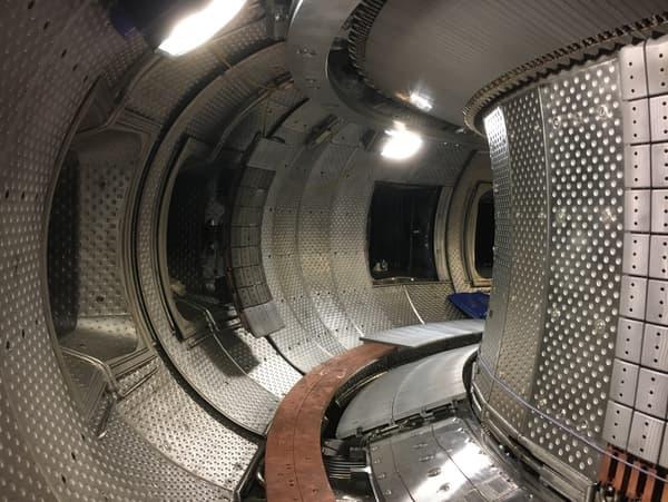Vue intérieure de la chambre toroïdale. Une enceinte qui doit pouvoir résister et contenir le plasma en fusion (150 millions de degrés)
