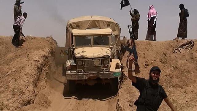 Des jihadistes de l'Etat islamique sur une route syrienne, à proximité de la frontière irakienne.