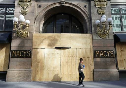 De nombreux magasins restent protégés de contreplaqués, depuis les pillages qui ont secoué Manhattan. Ici un magasin Macy's barricadé, le 8 juin 2020 à New York