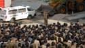 Cette photo, rendue publique samei par l'agence de presse officielle KCNA, montre un responsable du département de la construction présenter des excuses publiques aux résidents où a eu lieu le drame.