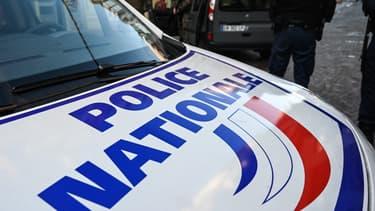 Un officier de police près d'un véhicule (photo d'illustration)