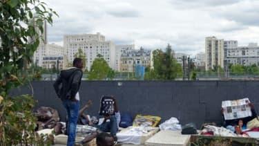 Des migrants dans un camp de fortune à Paris, le 13 juillet 2015