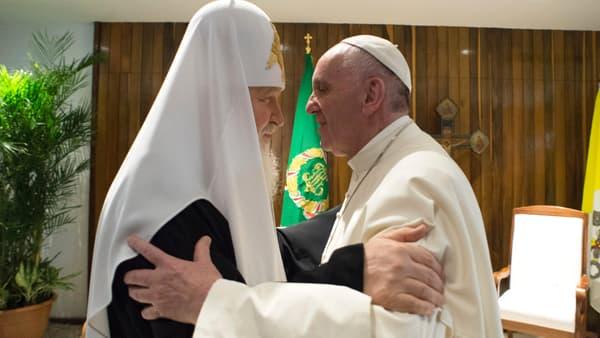 Le Patriarche de Moscou et le pape François se retrouvent, à l'aéroport de La Havane, le 12 février 2016.