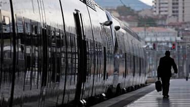 Avec sept TGV sur dix, 60% des Transiliens et des TER, le trafic était conforme aux prévisions mercredi matin à la SNCF, où une grève a démarré mardi soir à l'appel de la CGT et de Sud-Rail. /Photo d'archives/REUTERS/Jean-Paul Pélissier