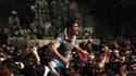 La nomination d'un vice-président, pour la première fois en trente ans, n'apaise pas la colère des manifestants (ici au Caire), qui continuent à réclamer le départ d'Hosni Moubarak. /Photo prise le 29 janvier 2011/REUTERS/Asmaa Waguih
