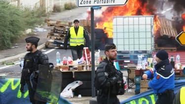 """Des barricades érigées par des """"gilets jaunes"""" à Port-La-Nouvelle, dans l'Aude, le 20 novembre 2018."""