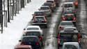 Embouteillage sur une route enneigée à Dortmund, dans l'ouest de l'Allemagne. De fortes chutes de neige ont encore semé le chaos jeudi dans le nord de l'Europe, notamment dans le secteur des transports. /Photo prise le 2 décembre 2010/REUTERS/Ina Fassbend