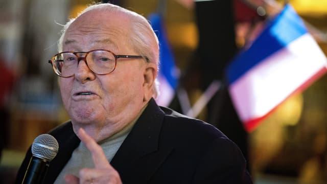 Jean-Marie Le Pen a été légèrement blessé à la joue en trébuchant, lorsqu'il a fui l'incendie de sa maison.