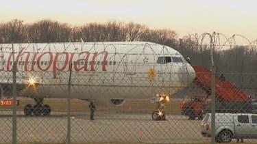 L'avion détourné après son atterrissage forcé, en Suisse, lundi matin.