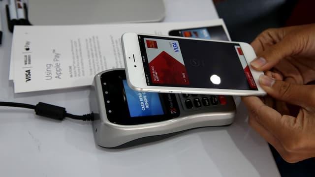 Les applications de paiement mobile des banques, disponibles sur iPhone ou Apple Watch, doivent passer par Apple Pay pour accéder directement à la puce sans contact du géant californien.