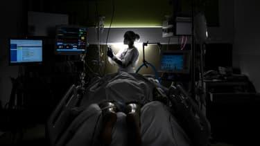 Une infirmière s'occupe d'un patient atteint du Covid-19 hospitalisé en réanimation, le 25 janvier 2021 à l'hôpital de Lyon-sud, à Pierre-Bénite