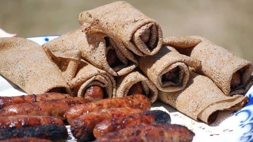 Des galettes à la saucisse grillée prêtes à être consommées