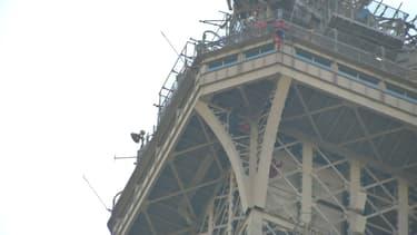 Un homme est resté près de six heures accroché à la tour Eiffel.