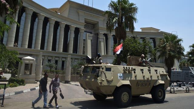 Un blindé devant la Cour constitutionnelle, au Caire, jeudi 4 juillet, au lendemain de la destitution de Mohamed Morsi.