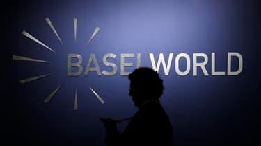 Le logo du salon de l'horlogerie et de la bijouterie Baselworld, à Bâle, où des malfaiteurs ont dérobé mercredi quatre diamants d'une valeur de plusieurs millions de dollars. /Photo prise le 23 mars 2011/REUTERS/Christian Hartmann