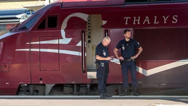 Des agents de police devant un train Thalys (photo d'illustration).