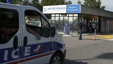 Le siège de Météo France, à Toulouse, lors d'une prise d'otage jeudi. L'homme qui a pris en otage un vigile avant d'être blessé et interpellé par le GIPN a été mis en examen vendredi soir et placé en détention provisoire. /Photo prise le 7 juin 2012/REUTE