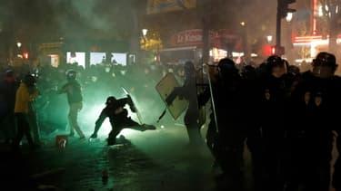 """Affrontements entre police et manifestants le 28 novembre 2020 lors de la manifestation parisienne contre la loi dite """"sécurité globale"""""""