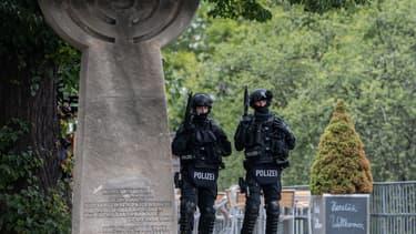 Des policiers allemands montent la garde après des coups de feu dans la ville de Halle.