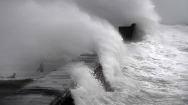 Vagues lors de la tempête Dennis à Plobannalec-Lesconil, dans le Finistère, le 16 février 2020
