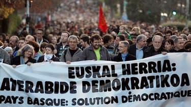 """Environ 2.600 personnes selon la police, 4.000 selon les organisateurs, ont manifesté samedi à Bayonne pour réclamer la """"résolution intégrale du conflit basque"""" après l'annonce le 20 octobre par l'organisation séparatiste ETA de la fin de la lutte armée."""