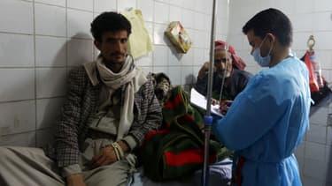 Des hommes yéménites soupçonnés d'être contaminés par le choléra sont soignés dans un hôpital à Sanaa, le 12 mai 2017.
