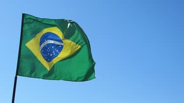 Le Brésil tente de sauver sa monnaie qui chute sur les marchés face au dollar.