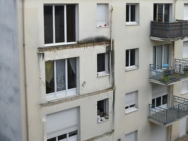 Vue le 16 octobre 2016 à Angers d'un immeuble où un balcon s'était effondré la veille au soir, entraînant dans sa chute les deux balcons des étages inférieurs, et faisant quatre morts
