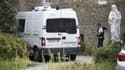 Des véhicules des forces de l'ordre sont stationnés à Saint-Laurent-sur-Sèvres, où un prêtre a été assassiné lundi 9 août 2021