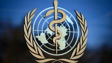 Emblème de l'Organisation mondiale de la santé au siège de l'OMS à Genève le 24 février 2020