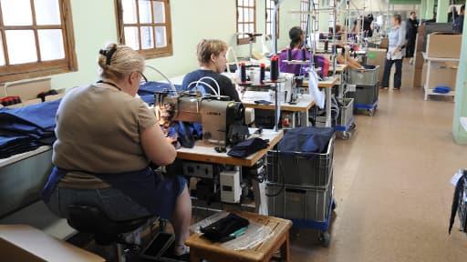 Des détenues travaillant dans un atelier de confection, le 10 septembre 2009 à la prison des femmes de Rennes.