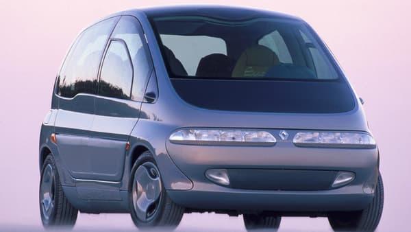 """Le Scénic apparait en 1991. C'est alors un concept, et le nom Scénic signifie """"Safety Concept Embodied in a New Innovative Car"""". Le look de l'actuel Scénic est déjà là."""