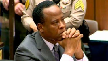 Le docteur Conrad Murray, ancien médecin personnel de Michael Jackson, écoute le juge prononcer sa condamnation après avoir été reconnu coupable d'homicide involontaire. Il a écopé mardi de quatre ans de prison ferme, la peine maximale et celle requise pa