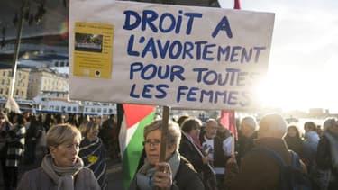 """Une femme tient une pancarte """"Droit à l'avortement pour toutes les femmes"""", le 8 mars 2018 lors d'une manifestation à Marseille (photo d'illustration)"""