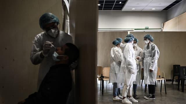 Soignants dans un centre de dépistage dans le quartier de Bacalan à Bordeaux