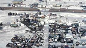 La ville de Yamamoto, sous les eaux. Le séisme de 8,9 degrés de magnitude et le raz de marée qui a suivi dans le nord-est du Japon ont fait plus 300 morts et plusieurs centaines de disparus, selon la télévision nationale NHK. /Photo prise le 11 mars 2011/