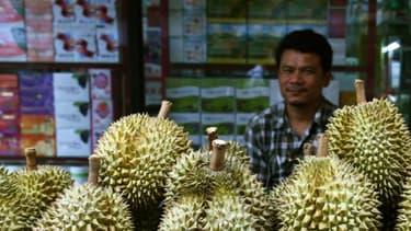 Un vendeur de fruits prépare un durian, à Bangkok le 1er juin 2018