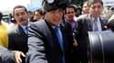 Le président équatorien Rafael Correa s'équipant d'un masque à gaz après avoir été victime de l'explosion d'une grenade lacrymogène alors qu'il tentait de dialoguer avec des policiers manifestant contre des coupes budgétaires, à Quito. Après cette agressi