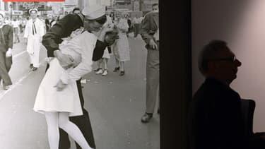 """""""V-J Day in Times Square"""" est une photographie restée célèbre et prise à New York, le jour de la capitulation du Japon, le 14 août 1945."""