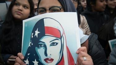 Une femme brandit une pancarte lors d'une manifestation contre le décret migratoire de Donald Trump le 3 février 2017 à New York