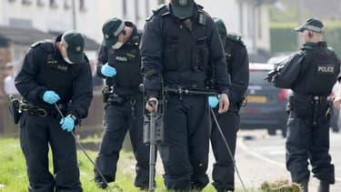 Les policiers fouillent près du lieu où a été tué la journaliste Lyra McKee à Derry (Londonderry) en Irlande du Nord, en avril 2019 (PHOTO D'ILLUSTRATION).